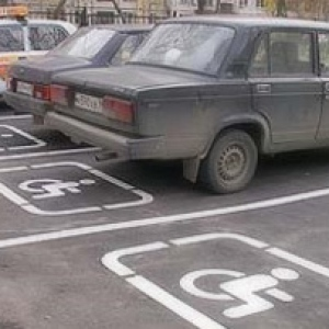 парковка инвалида под знаком стоянка запрещена